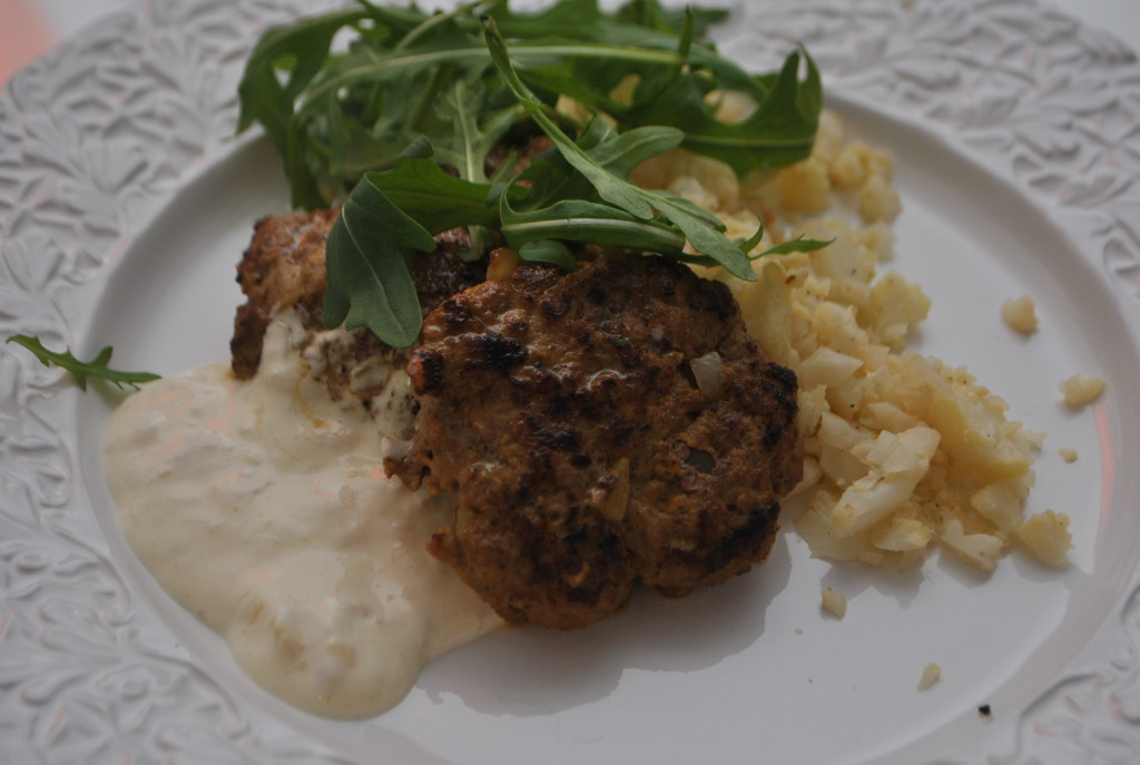 Currybiffar, banansås och blomkålsris