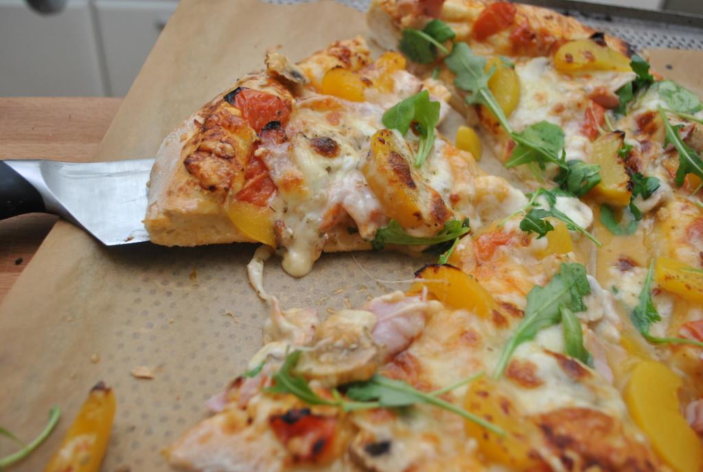 Hemmagjord pizza med persika