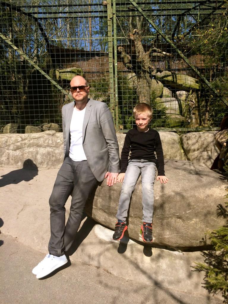Magnus och Wille i solen på Skansen