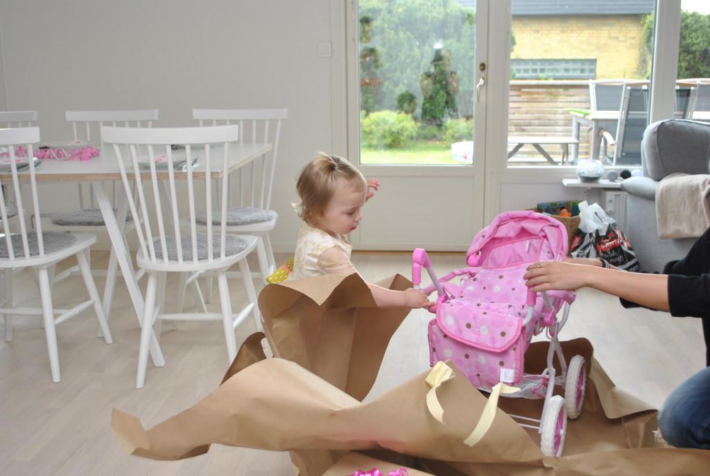 Maja öppnar paket