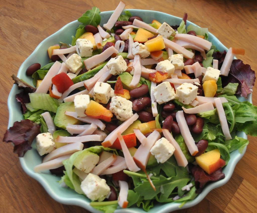 Sallad med kalkon, avokado, persika och matvete