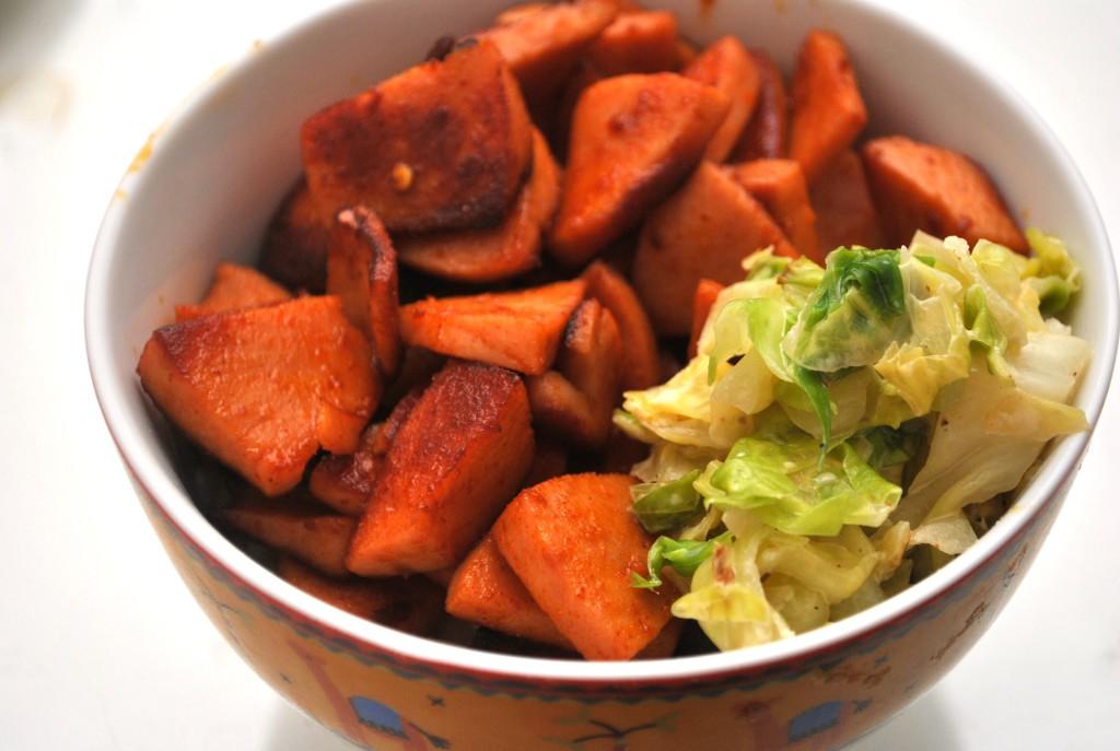 Chilikryddad korv och gräddstuvad vitkål