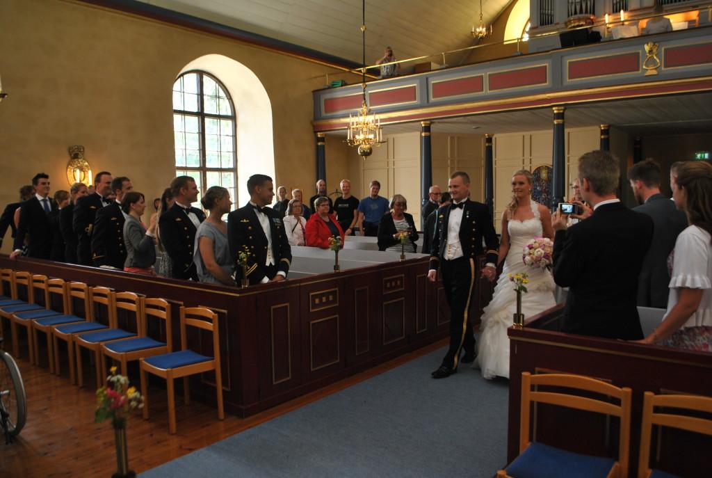 Madde och Fredrik äntrar altaret