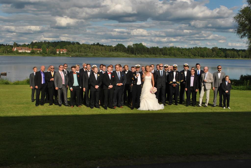 Bröllopsparet med alla män