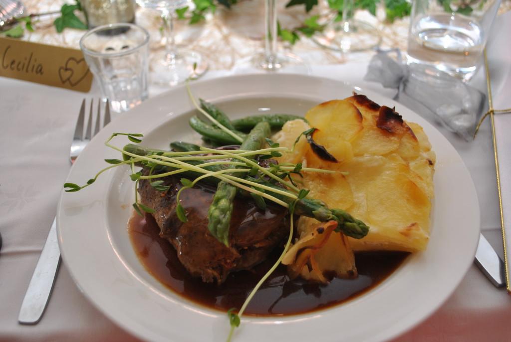 Varmrätt: Fylld ryggbiff med rödvinssky och potatiskaka