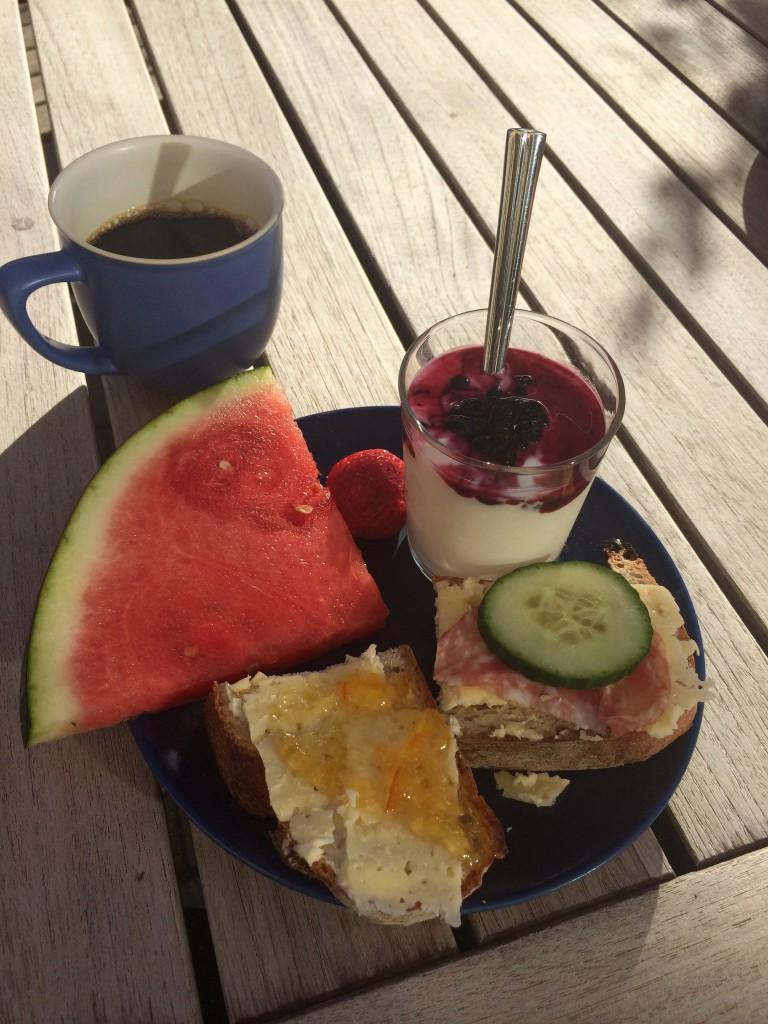 Frukost ute i morgonsolen