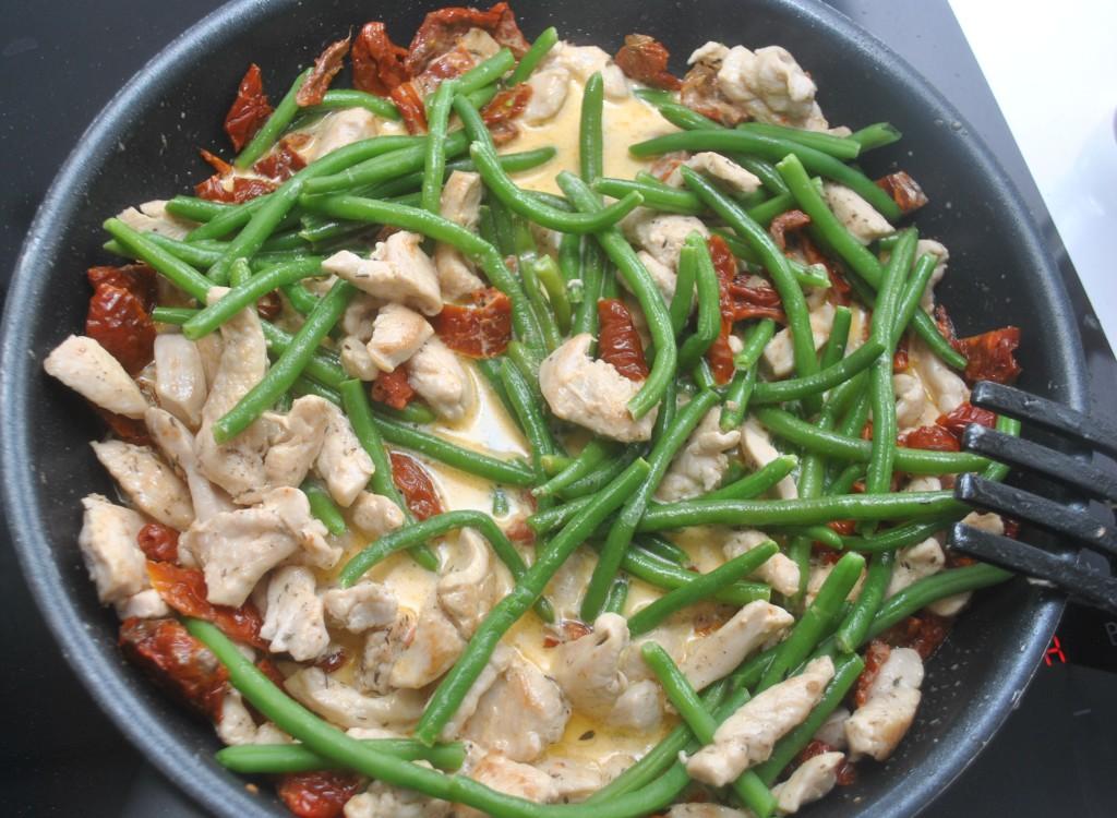 Pasta med kyckling, soltorkad tomat och haricot verts
