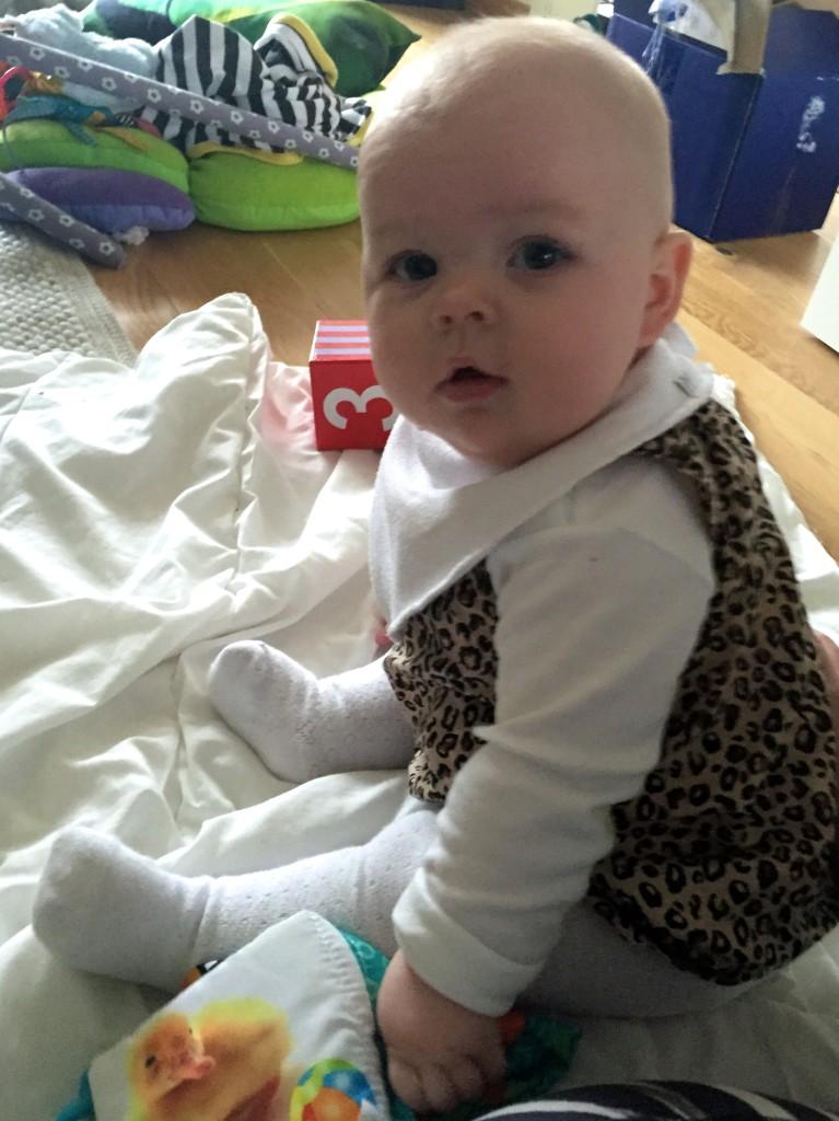 Linnea 6 månader sitter