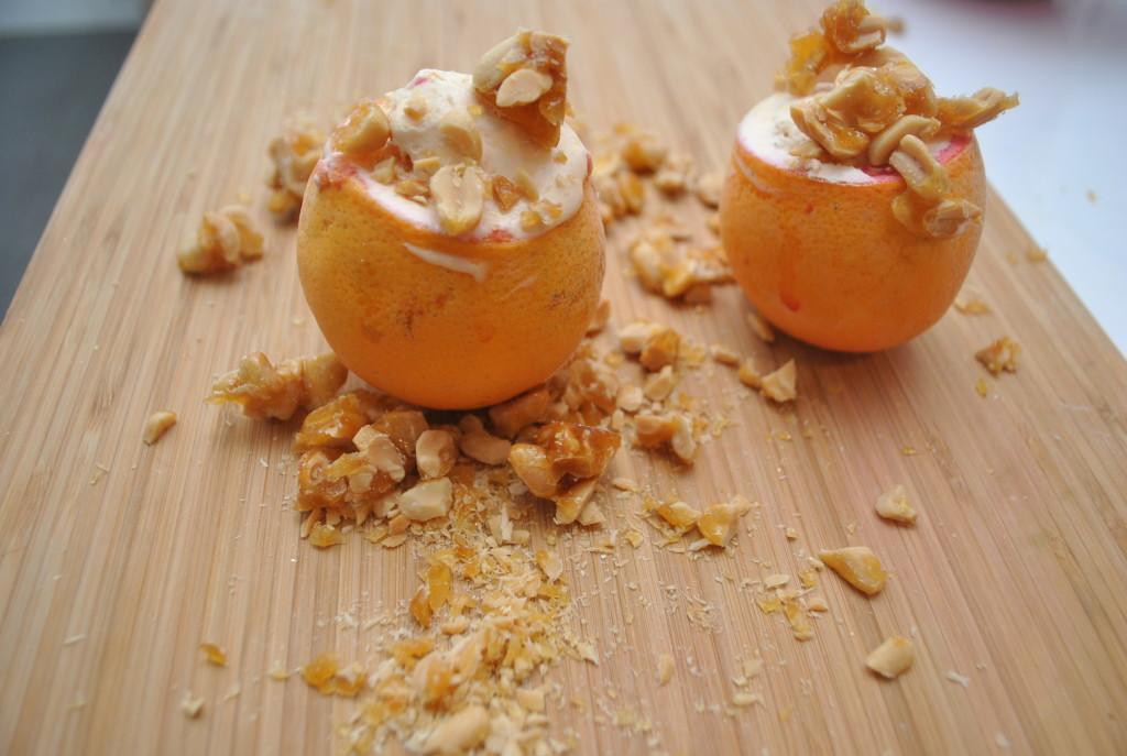 Parfait på blodapelsin och saltade kanderade jordnötter