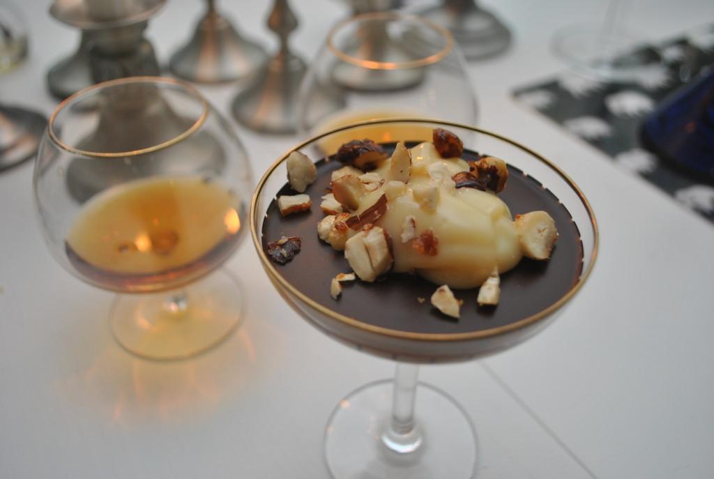 Chokladkräm med rom, kålasås och hasselnötter