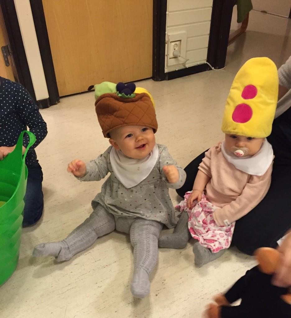 Linnea och Clara i roliga hattar