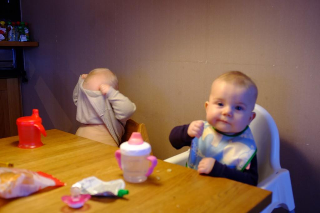 Linnea och Clara vid köksbordet, tittut