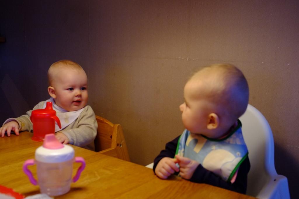 Linnea och Clara snackar vid köksbordet