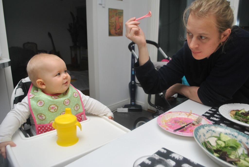 Linnea och Krille vid matbordet