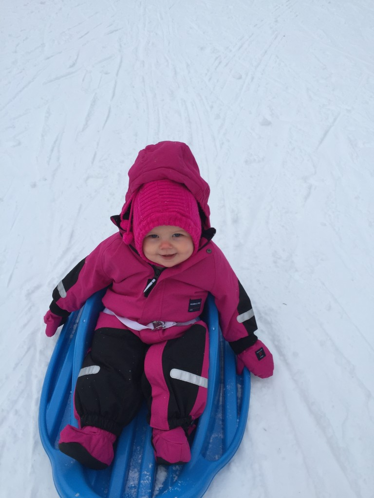 Linnea åker pulka i Åre