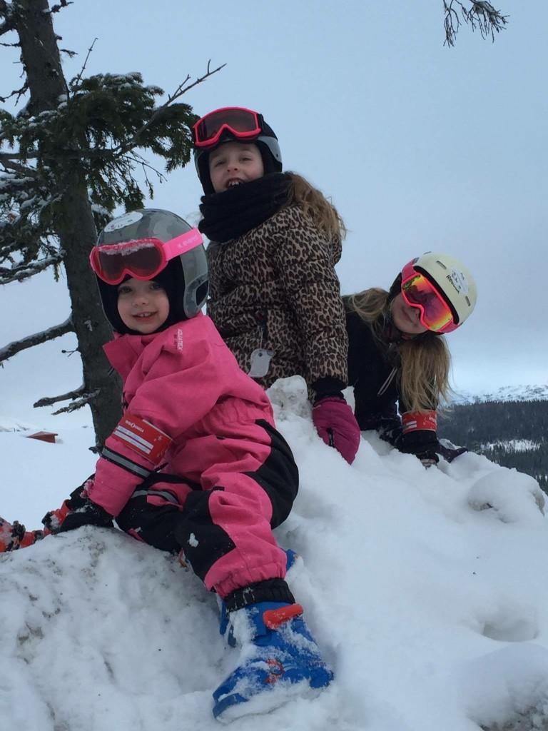 Maja, Amanda och Mia i snöhögen