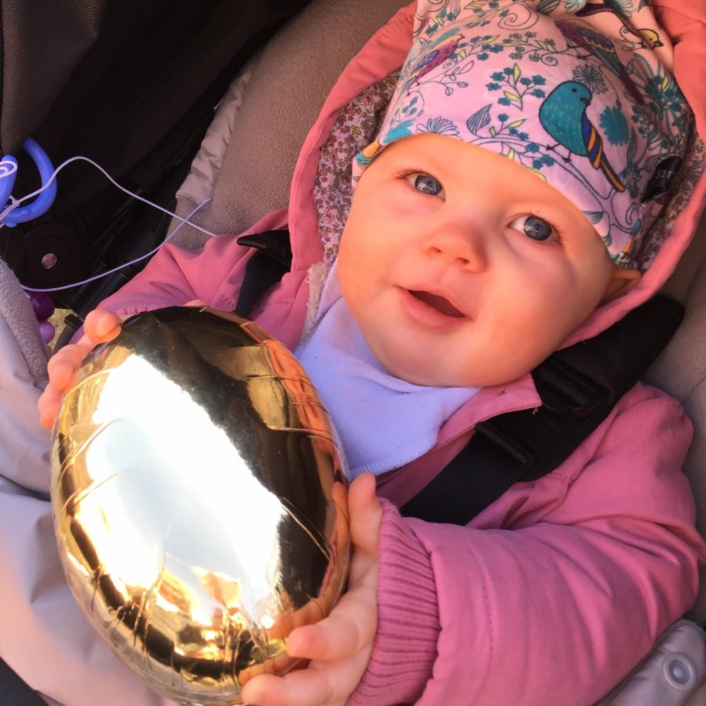 Linnea med sitt första påskägg