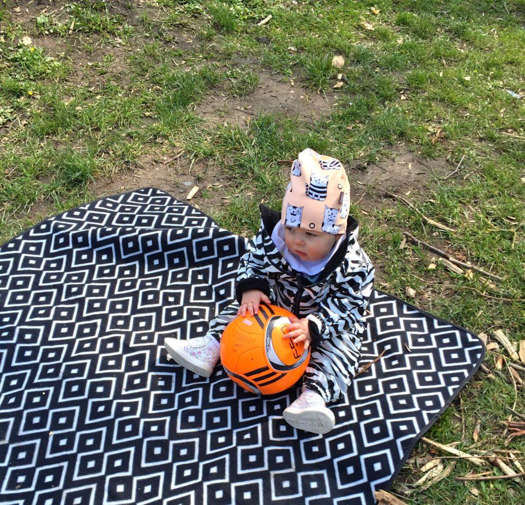 Linnea i bokskogen leker med en boll