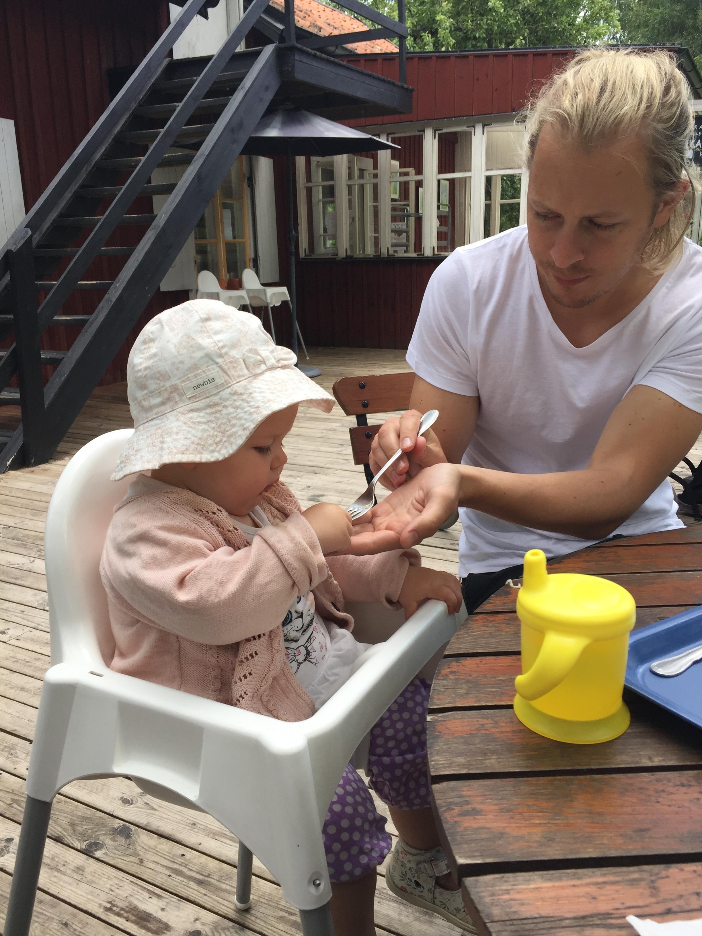 Linnea och Krille lunchar på Café Björndammen